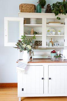 very modern kitchen, and so much storage Country Kitchen, New Kitchen, Kitchen Ideas, Kitchen White, Kitchen Reno, Kitchen Inspiration, Kitchen Island, Modern Kitchen Design, Interior Design Kitchen