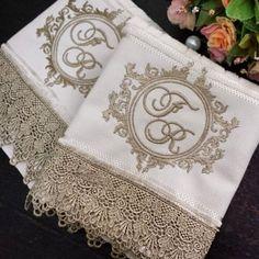 São ou não são as toalhas mais lindas??? ❤ www.ateliecrisetiago.com.br #lavabodecorado #lavabo #toalha #toalhabordada #toalhapersonalizada #toalhadelavabo #casamento