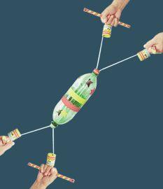 Brinquedo feito de garrafa pet