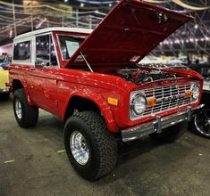 This Bronco finally crossed the block tonight a little after the late night run time killed the price on this one. It sold for… Old Bronco, Early Bronco, Classic Ford Broncos, My Ride, Ford Trucks, Hot Wheels, Offroad, Dream Cars, 4x4