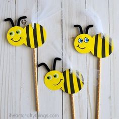 Cute and easy DIY Bee Puppets for kids. Fun insect craft for kids, spring kids craft, summer kids craft and bee craft for kids. Cute and easy DIY Bee Puppets for kids. Fun insect craft for kids, spring kids craft, summer kids craft and bee craft for kids. Bee Crafts For Kids, Spring Crafts For Kids, Easy Diy Crafts, Toddler Crafts, Creative Crafts, Preschool Crafts, Diy Crafts To Sell, Diy For Kids, Arts And Crafts