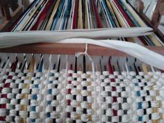 Aula de tecelagem manual em tear de pente liço com tiras de lycra para confecção de tecido de forração. 2012