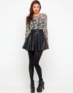 Ta śliczna sukienka to połączenie dwóch trendów – niebanalnej koronki i skórzanej mini spódnicy.