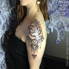 Cool Shoulder Tattoos, Shoulder Tattoos For Women, Flower Tattoo Shoulder, Sleeve Tattoos For Women, Rose Tattoos, Flower Tattoos, Body Art Tattoos, Hand Tattoos, Feminine Tattoo Sleeves