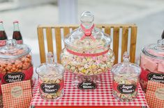 20 Unique Wedding Favor Ideas! Here are retro biscuits that guests can bag home.