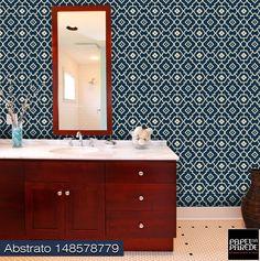 """Papel de parede para banheiro. """"Papéis de parede também podem ser utilizado de forma inteligente na decoração de um banheiro. A recomendação é que se aplique em lavabos, pois a umidade em banheiros com chuveiro pode deteriorar o papel conforme o tempo. Em banheiros com espaço grande e boa ventilação, pode-se aplicar o papel de parede mantendo a maior distância possível da umidade e do vapor""""."""