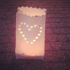 Leuk op een bruiloft; papierenzakjes gevuld met zand en een waxinelichtje er bovenop.