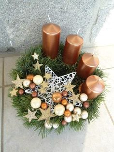 Get some amazing ideas on Christmas candle decorations. We have all you need to inspire yourself and create some gorgeous candle centerpieces. Christmas Candle Centerpieces, Advent Candles, Christmas Arrangements, Centerpiece Decorations, Christmas Candles, Xmas Decorations, Floral Centerpieces, Christmas Advent Wreath, Christmas Crafts