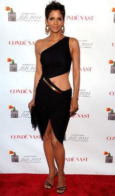 Halle Berry A veteran in the acting game and so beautiful. She has always been one of my favorite actresses and has also inspired many of my style choices. Estilo Halle Berry, Halle Berry Style, Halle Berry Hot, Beautiful Black Women, Beautiful People, Hally Berry, Talons Sexy, Meagan Good, White Suits