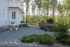 k o t i p o r s t u a: Kivipuutarha osa 2: etupihan laatoitus & muurinkiv... Hillside Garden, Garden Pool, Green Garden, Garden Gadgets, Backyard, Patio, Garden Inspiration, Garden Ideas, My Dream Home