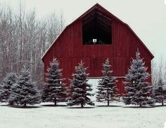 10 Beautiful Snowy Red Barn Photos to Celebrate the Season Winter Snow Pictures, Winter Photos, Holiday Pictures, Country Barns, Country Living, Country Life, Country Charm, Country Style, Country Treasures