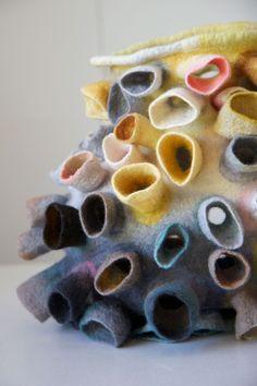 Galerie   Hawar Textile Sculpture, Textile Fiber Art, Textile Artists, Soft Sculpture, Fabric Manipulation Techniques, Textiles Techniques, Felt Fabric, Fabric Art, Nuno Felting