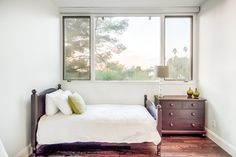 The Bohlig Residence located in Glendale, California |The second bedroom has a single bed and queen futon bed while the third bedroom has a queensize bed. #kidandcoe #bringthekids #propertyoftheday