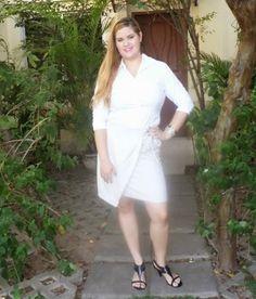Minha musa: CAMISA BRANCA  Tudo clarinho: saia prata e camisa branca, mas com a sandália preta pra dar peso ao visual.