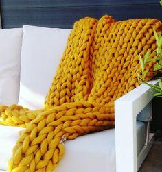 chunky merino grof gebreid plaid deken poederroze kussen wol zomerplaid okergeel plaid