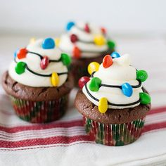 Christmas Light Cupcakes - such a fun cupcake decorating idea for a holiday party. Easy to make and the kids will love them Light Cupcakes - such a fun cupcake decorating idea for a holiday party. Easy to make and the kids will love them! Holiday Snacks, Christmas Party Food, Christmas Desserts, Christmas Treats, Christmas Baking, Holiday Recipes, Christmas Recipes, Christmas Cookies, Holiday Parties