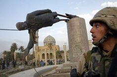 A U.S. soldier watches as a statue of Iraq's President Saddam Hussein falls in central Baghdad April... - Goran Tomasevic/Reuters Un soldado estadounidense observa cómo una estatua del presidente iraquí Saddam Hussein es derribada en el centro de Bagdad, el 9 de abril. Las tropas echaron a bajo esta estatua de aproximadamente seis metros de alto.