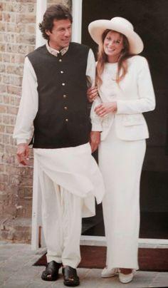 A socialite Jemima Goldsmith casa-se  com o ex-astro  da seleção paquistanesa de críquete Imran Khan, numa cerimônia civil em Richmond, Londres, em 1995.Vestido longo de seda de corte enviesado e um casaquinho, criação de Bruce Oldfield.