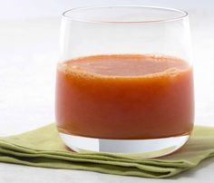 Mandarin Cranberry Juice - This two-ingredient wonder will be the easiest juice you ever make. Sweet, juicy mandarins and tart cranberries come together for a tasty treat packed with Vitamin C. Simply peel your citrus, combine with fresh or frozen cranberries and juice! The result is a delicious blend that makes for a great way to start your day. Ginger Juice, Cranberry Juice, Carrot Apple Juice, Mandarine Recipes, Healthy Lemonade, Blood Orange, Recipe Of The Day