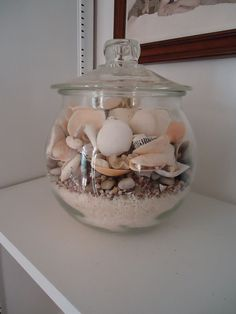 Colorful Home Decor shells in jar with sand.Colorful Home Decor shells in jar with sand Seashell Projects, Seashell Crafts, Beach Crafts, Diy And Crafts, Seashell Decorations, Seashell Garland, Kid Crafts, Craft Projects, Seashell Display