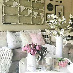 Happy Valentine's Eve!! I'm sharing my sister Julie's @juliesheartandhome pretty family room all dressed up with pink accents for the holiday! 💗I don't think she has ever added pink in here before now and I'm really loving the way it goes with