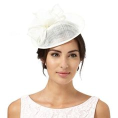 This saucer fascinator from Debut will make a simple yet effortlessly elegant addition to an accessory collection. In ivory with a curled bow and feather flower decorations, this feminine piece is perfect for those special occasions.