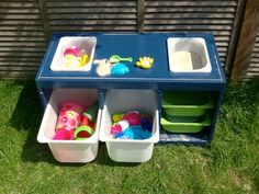 Trofast sand and water table Oh, I think I LOVE this. Trofast sand and water table - IKEA Hackers Sand And Water Table, Water Tables, Sand Table, Ikea Hacks, Ikea Hack Kids, Hackers Ikea, Trofast Ikea, Ikea Toy Storage, Diy Storage