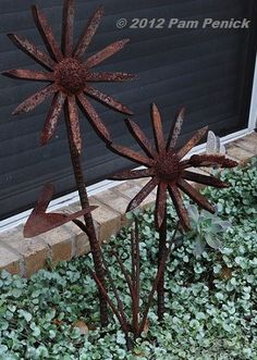 Recycled railroad spikes form an octagonal stack. Welding Crafts, Welding Art Projects, Metal Projects, Metal Crafts, Diy Welding, Welding Ideas, Railroad Spikes Crafts, Railroad Spike Art, Railroad Ties