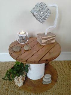 touret-table-basse-plateau-en-bois-clair-et-fichelle-blanche-enroulée-autour-lampe-design-galets-decoratifs-bougeoir