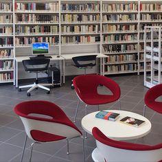 Scaffali per libri e arredamento centro culturale e biblioteche Bargello, Chair, Furniture, Home Decor, Decoration Home, Room Decor, Home Furnishings, Stool, Home Interior Design