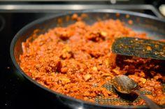 Sloppy Joes med quornfärs 4 portioner  1. Börja med att steka löken i några droppar olivolja i en stekpanna. Tillsätt quornfärsen, champinjoner och morötter och stek i ett par minuter. Tillsätt passerade tomater, tomatpuré och kryddor. Låt puttra i ca 10 minuter. Smaka av med salt & peppar. 2. Rosta rågkusarna och lägg 1/4 av quornfärssåsen på ena halvan och toppa med den andra halvan.