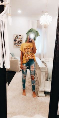 50 Popular Outfits Ideas With Ripped Jeans This 2020 Lazy Outfits Ideas jeans outfits popular Ripped summeroutfits Cute Lazy Outfits, Teenage Girl Outfits, Cute Outfits For School, Teen Fashion Outfits, Retro Outfits, Simple Outfits, Outfits For Teens, Spring School Outfits, Tumblr Fall Outfits