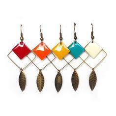 Le produit bohème coloré boucles d'oreilles plumes en métal bronze anneau carré sequin émaillé tendance ethnique personnalisé couleur est vendu par Cocoflower's  Tictail vous permet de créer gratuitement en ligne un shop de toute beauté sur tictail.com