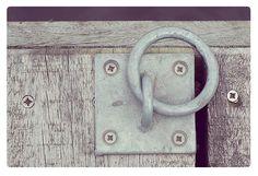 metalen ring in verweerd hout