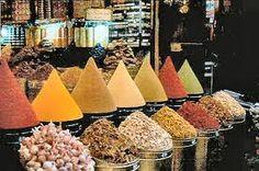 Le marché  couvert aux épices, ou grand marché, est incontournable. C'est le plus grand marché de l'île, niché sous sa halle de métal et de verre. Ici vous trouverez tous les souvenirs que vous souhaitez ramener en métropole pour y retrouver les odeurs et les goûts exotiques de la Martinique. Vous y trouverez les poudres de colombos, le chocolat en bâton, les planteurs faits maison, les épices, les fruits et les très belles fleurs de l'île.
