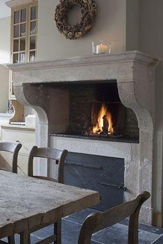In Kitchen, and Counter level Fireplace, via Landelijke interieur.