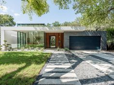 Residence in Austin by Acero Construction « HomeAdore Design Villa Moderne, Modern Villa Design, Modern Exterior, Exterior Design, Interior And Exterior, Architecture Résidentielle, Mid Century Exterior, Inspired Homes, Construction