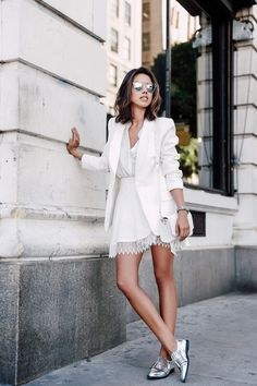 Saia soltinha, camisa branca e blazer branco. - moda feminina - look estiloso - look faculdade - look com blazer - moda feminina All White Outfit, White Outfits, Blazer Outfits, Mode Chic, Mode Style, Looks Total White, Look Blazer, Mode Jeans, Little White Dresses