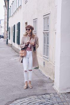 Streetstyle Herbst Outfit mit Zara Mantel, weißer Jeans, Baskenmütze