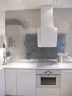 Fantastic Silver Mosaic Tile Design For White Contemporary Kitchen Interior Amazing Kitchen Interior Decoration with Mosaic Tile Inspirations Kitchen design Contemporary Kitchen Interior, Modern Kitchen Tiles, Modern Interior Design, Kitchen Backsplash, Kitchen White, Sparkly Tiles, Mosaic Tile Designs, Mosaic Tiles, Mirror Mosaic