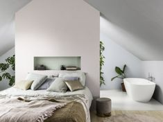 Aménager une suite parentale : 15 exemples qui font rêver Feature Wall Living Room, Living Room Red, Light Blue Walls, Grey Walls, Bedroom Wall, Master Bedroom, Archi Design, Faux Brick, Interior Paint Colors