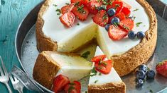 RECEPT DNE: Pravý americký cheesecake s jahodami a bazalkou - iDNES.cz Luxury Food, Mini Cheesecakes, Cake Recipes, Food And Drink, Cupcakes, Sweets, Baking, Desserts, Tasty Food Recipes