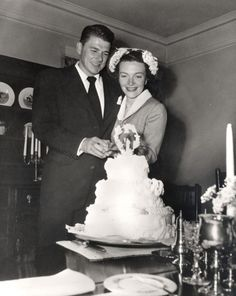 Newlyweds Ronald and Nancy Reagan cutting their wedding cake. Source: Ronald Reagan Library They were married March 1952 - June 2004 (his death) -- 52 years! Nancy Reagan, Hollywood Wedding, Old Hollywood, Classic Hollywood, Hollywood Couples, Hollywood Pictures, Hollywood Sign, Hollywood Glamour, President Ronald Reagan