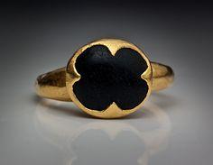 Anel bizantino medieval de ouro que caracteriza um antigo símbolo de boa sorte.