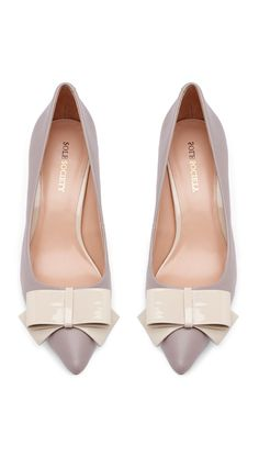 Grey bow kitten heels 58 Perfect Casual Style Shoes Looks To Wear Asap – Grey bow kitten heels Source Pretty Shoes, Beautiful Shoes, Cute Shoes, Me Too Shoes, Zapatos Shoes, Shoes Sandals, Bags Online Shopping, Chic Chic, Mocassins
