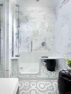 décoration de mini salle de bain avec baignoire