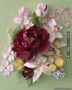 Check out this garden of sugar flowers you can use to decorate your cake. | VIA #WEDDINGPINS.NET