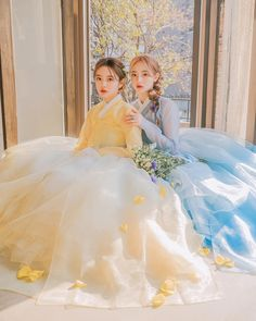 """청춘한복아랑 on Instagram: """"이번 봄 신상 산수유색💛&하늘색💙 대비되는 두 색을 같이 착용해도 너무 고운것 같아요! 경복궁에는 벌써 봄꽃이 피기 시작했답니다🌸 궁 가득 피기 시작한 산수유, 매화와 함께 아랑한복 나들이를 즐겨보세요💕 그라데이션 한복은 대여시 추가금…"""" Korean Traditional Dress, Traditional Dresses, Anime Kimono, Korean Hanbok, Cute Korean, Korean Women, Women Wear, Flower Girl Dresses, Culture"""