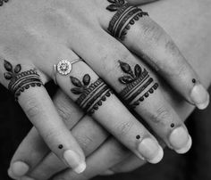 12 Minimal Mehendi Designs For Women Who Like To Keep It Simple Yet Stunning On Karva Chauth Henna Hand Designs, Mehndi Designs Finger, Mehndi Designs For Beginners, Mehndi Designs For Fingers, Mehndi Art Designs, Beautiful Henna Designs, Latest Mehndi Designs, Henna Tattoo Designs, Simple Mehndi Designs