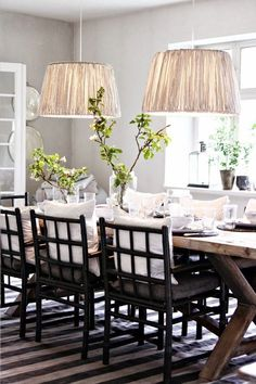 Love these double light fixtures above the dining room table. #casual_dining_decor